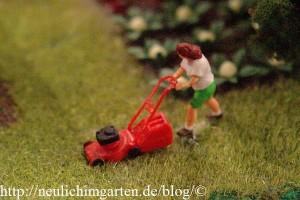 frau-mit-rasenmaeher-im-miniaturwunderland