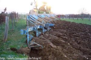 garten-mit-dem-traktor-pfluegen